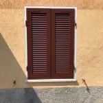 Installazione persiane in legno a stecca aperta - Piccinelli Verniciature