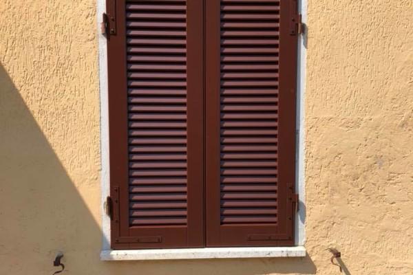 (Italiano) Installazione persiane in legno a stecca aperta
