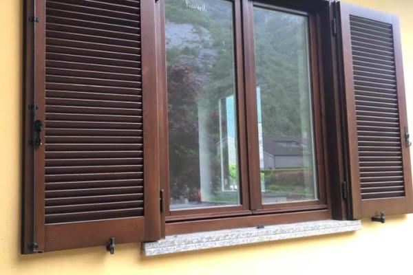 (Italiano) Riverniciatura industriale bicolore serramenti esistenti in legno di una intera villa